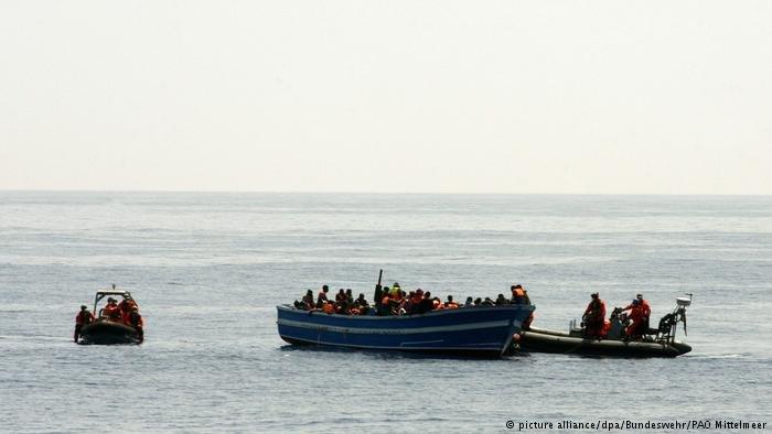 صورة من الأرشيف لمهاجرين يحاولون الوصول إلى الاتحاد الأوروبي عبر البحر المتوسط