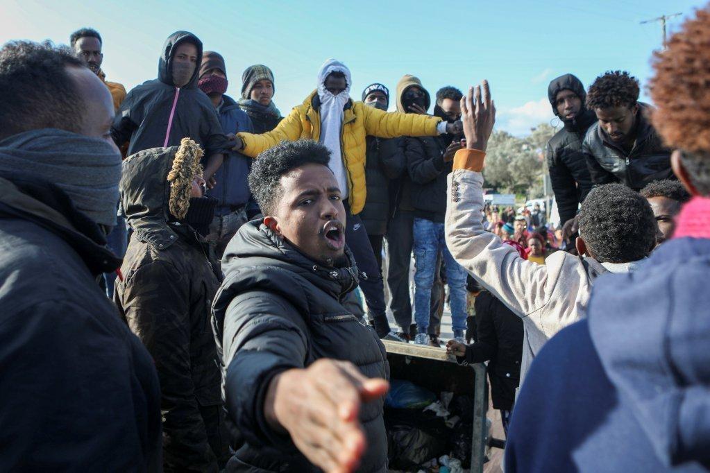 صحنهای از تظاهرات روز ١٧ جنوری در کمپ موریا. مهاجران خواهان امنیت و شرایط بهتر زندگی هستند. عکس از رویترز