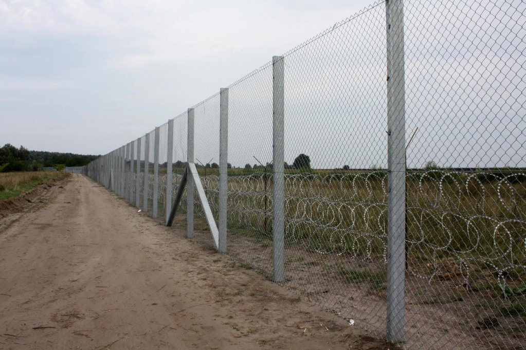 The metal and barbed wire fence in southern Hungary, on the border with Serbia. PHOTO/ARCHIVE/ANSA/DRAGAN PETROVIC