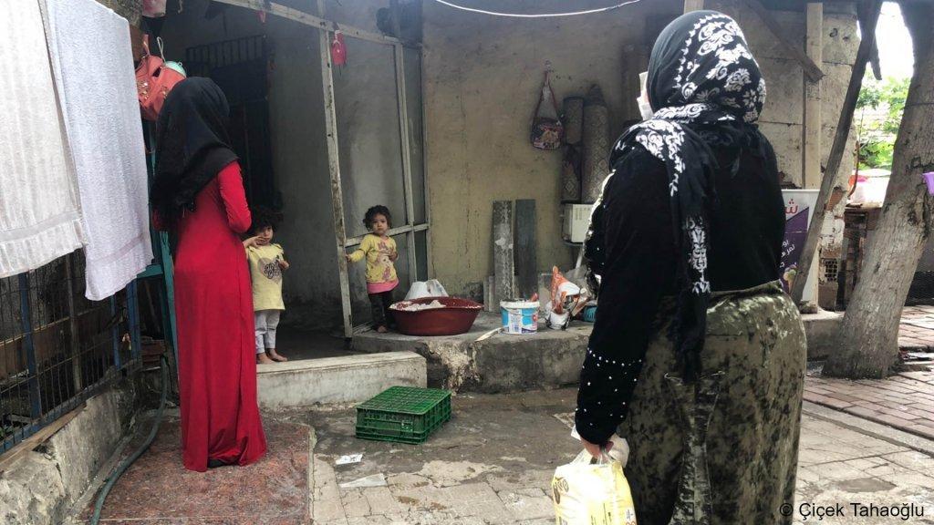 La Syrienne Hasni Elyasi (en rouge) ne savait pas qu'elle avait le droit de se faire vacciner en Turquie. Crédit : Çiçek Tahaoğlu