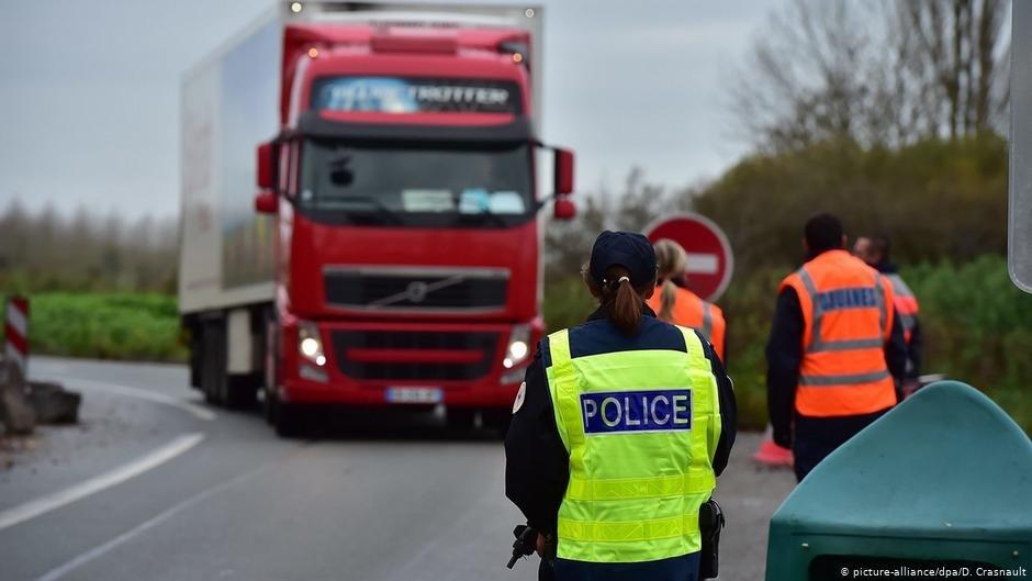 Un camion est arrêté par des agents des douanes françaises. Photo (archives) : Picture-alliance/dpa/D.Crasnault