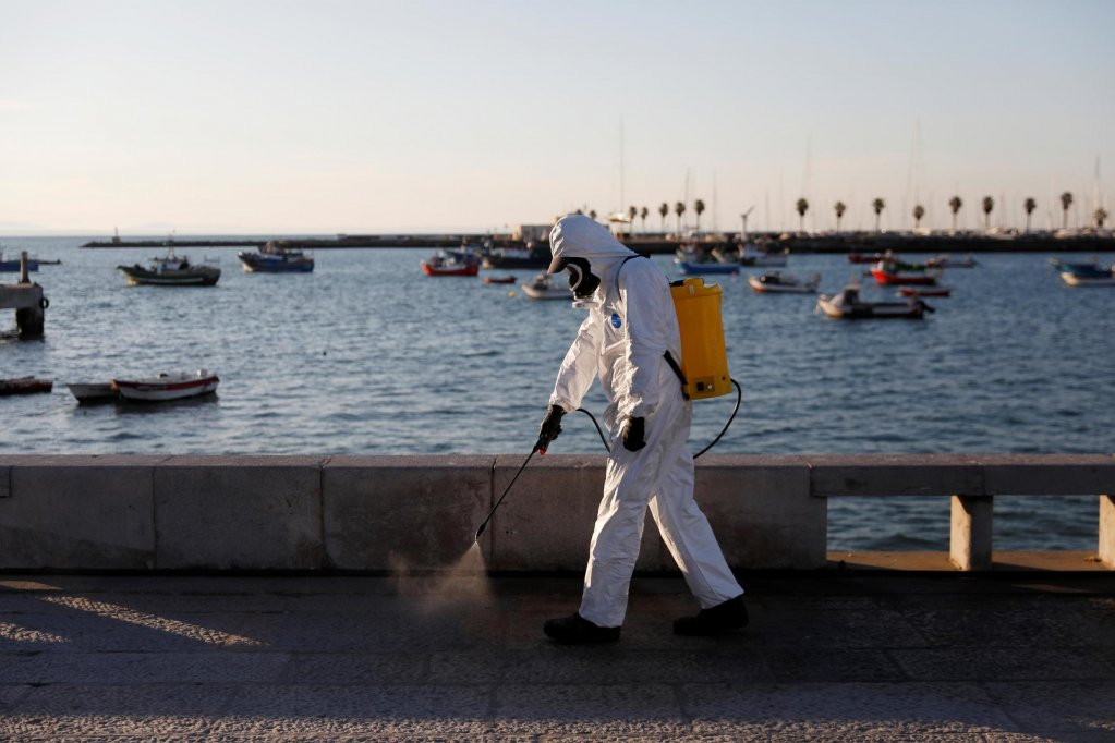 To prevent a spread of coronavirus, a worker disinfects a street in the Portuguese city of Cascais on March 28, 2020 | Photo: Reuters/Rafael Marchante