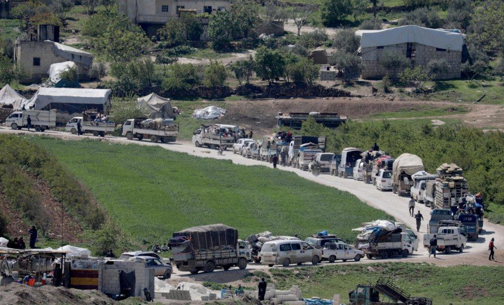 نازحون سوريون في طريق العودة إلى ديارهم في محافظة إدلب خوفا من كورونا يوم 11 أبريل/نيسان 2020. الصورة: رويترز