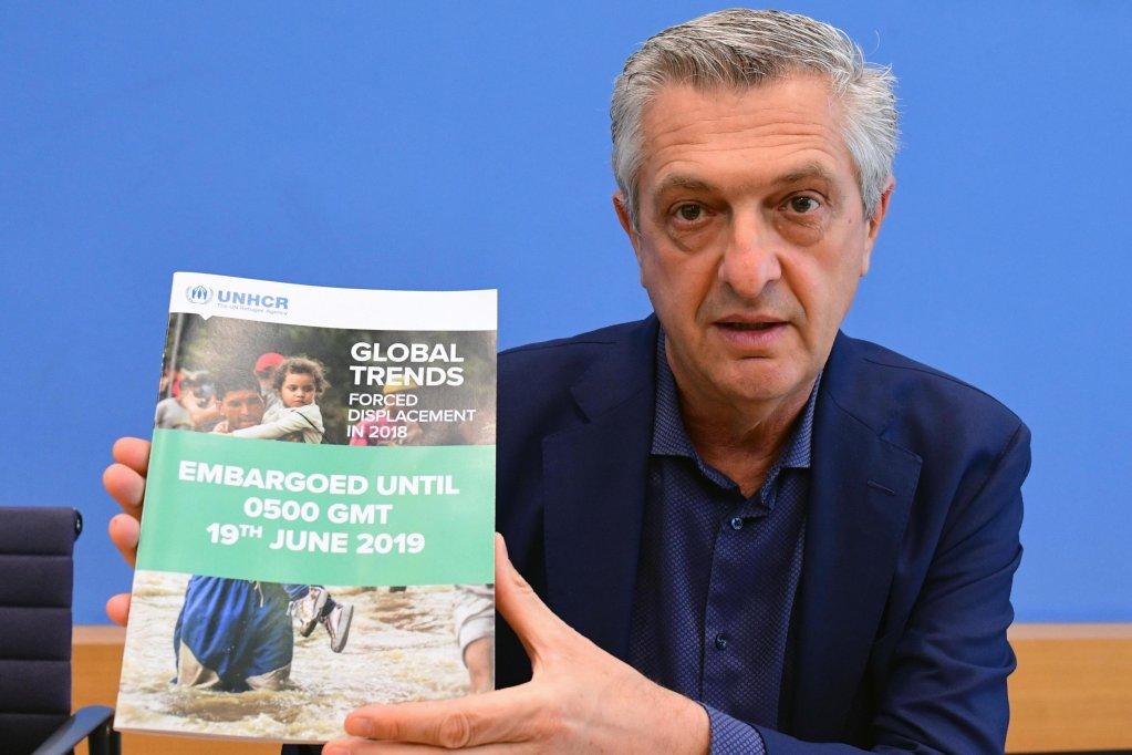 َANSA / المفوض السامي لشؤون اللاجئين فيليبو غراندى يحمل التقرير قبل عقد مؤتمر صحفي في برلين بشأن وضع اللاجئين في العالم. المصدر: إي بي إيه/ كليمنز بلان.