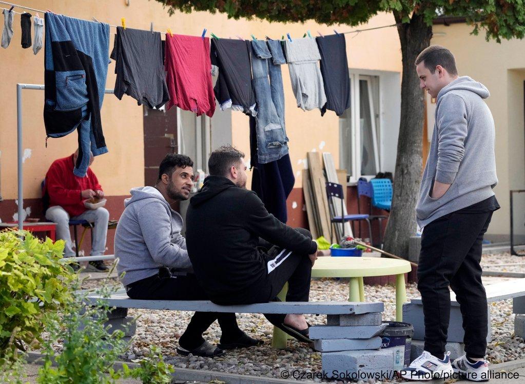 أسرة سورية في مأوى للاجئين في بولندا بعد عبور الحدود بيلاروسيا نحو أوروبا