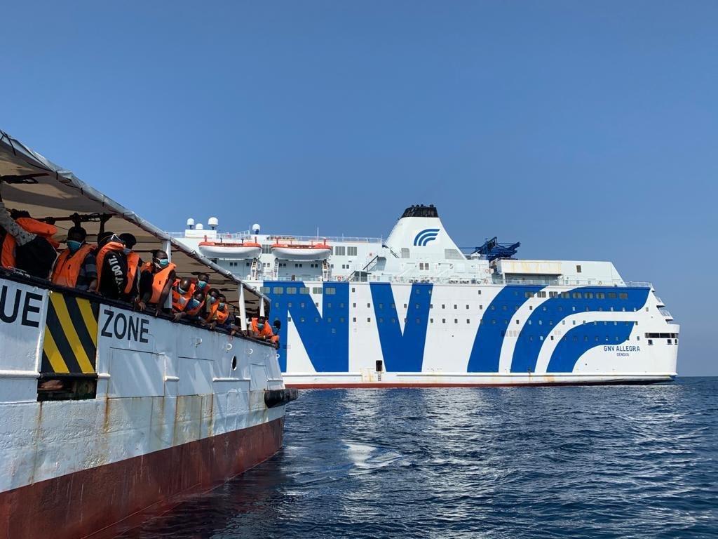 سينقل المهاجرون إلى سفينة  أليغرا الإيطالية. لقضاء فترة الحجر الصحي. المصدر: بروأكتيفا أوبن آرمز Proactiva Open Arms