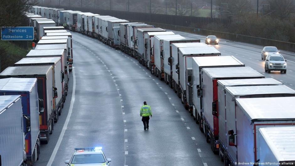 شرطة الحدود بين فرنسا والمملكة المتحدة تفتش الشاحنات | الصورة : Andrew Matthews/AP/picture-alliance
