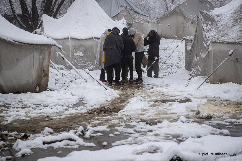 در کمپ ووچیاک، برف روی خیمه ها را پوشانده بود و درجه حرارت هوا به زیر صفر رسیده بود. عکس: AP/Darco Bandic