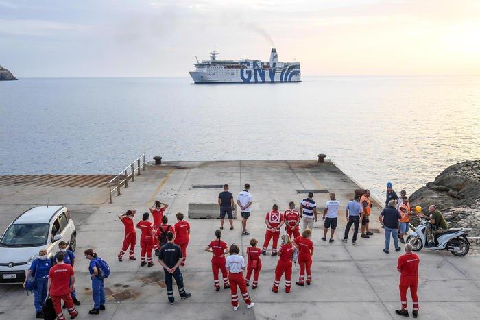 Le ferry Azzurra au large de Lampedusa, le 4 août. Crédit : ANSA / Alessandro di Meo