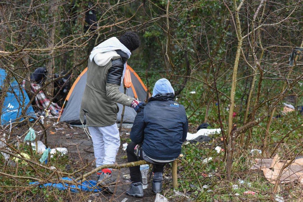 مهاجران في أحد التجمعات العشوائية للمهاجرين في كانون الثاني/يناير. الصورة: مهاجرنيوز/مهدي شبيل