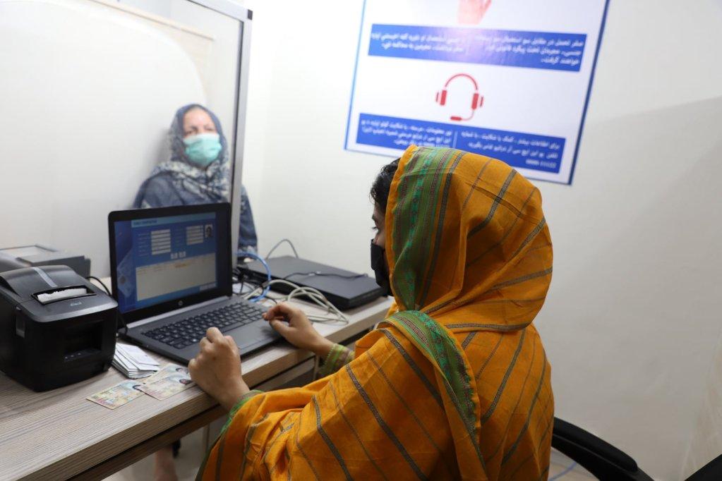 یک کارمند افغان اطلاعات مربوط به پناهندگان را در دفتر سازمان ملل در اسلام آباد در کامپیوتر درج می کند. عکس: سازمان ملل متحد