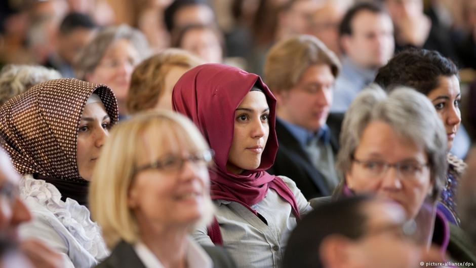 اروپایی ها در کل نسبت به این مسئله که اسلام با ارزش ها و فرهنگ کشورشان سازگار است، نگاه های متفاوتی دارند