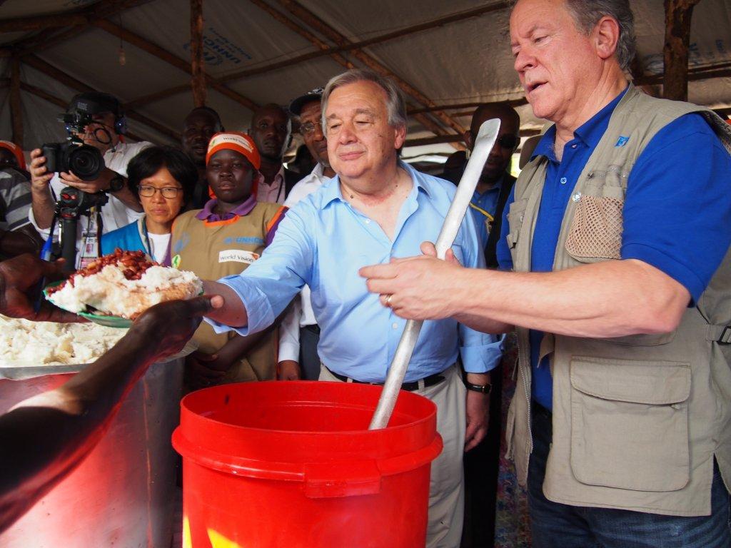Antonio Guterres (g.) et le directeur du PAM, distribuent de la nourriture aux réfugiés, à Imvepi le 22 juin. Crédit : RFI / Charlotte Cosset |