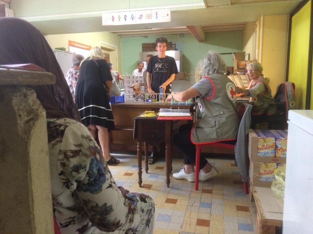 RFI/David Baché |Distribution alimentaire de la Croix-Rouge dans le centre d'accueil du village de Carla-Bayle.