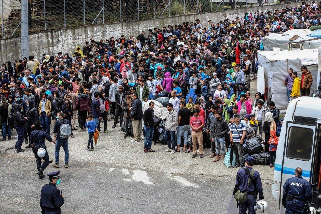 ansa \ لاجئون ومهاجرون ينتظرون نقلهم من جزيرة ليسبوس إلى داخل الأراضي اليونانية. المصدر: أيه إف بي/ مانوليس لاجوتاريس/ أنسا