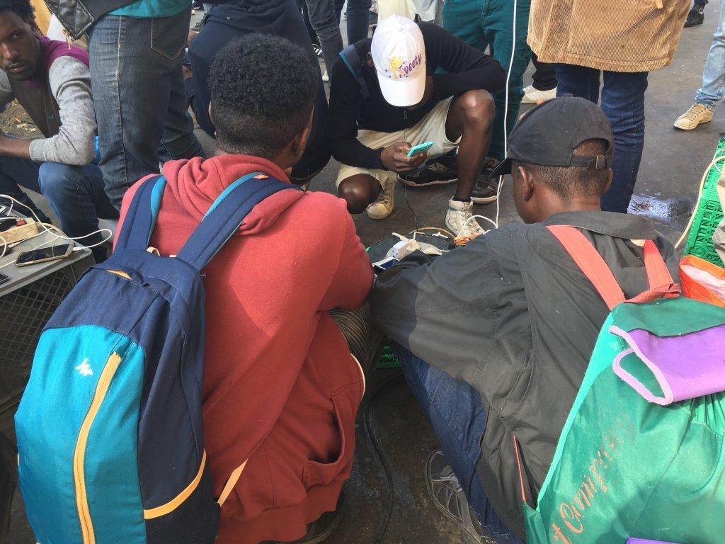 مهاجرون شباب في مخيم لا شابيل غير الرسمي في باريس ، 2018   حقوق الصورة: مهاجر نيوز