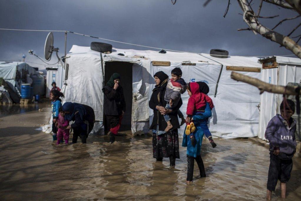 لاجئون سوريون في مخيم الدلهمية العشوائي في سهل البقاع بلبنان. المصدر: المفوضية العليا للأمم المتحدة لشؤون اللاجئين / دييغو إيبارا سانشيز / أنسا.