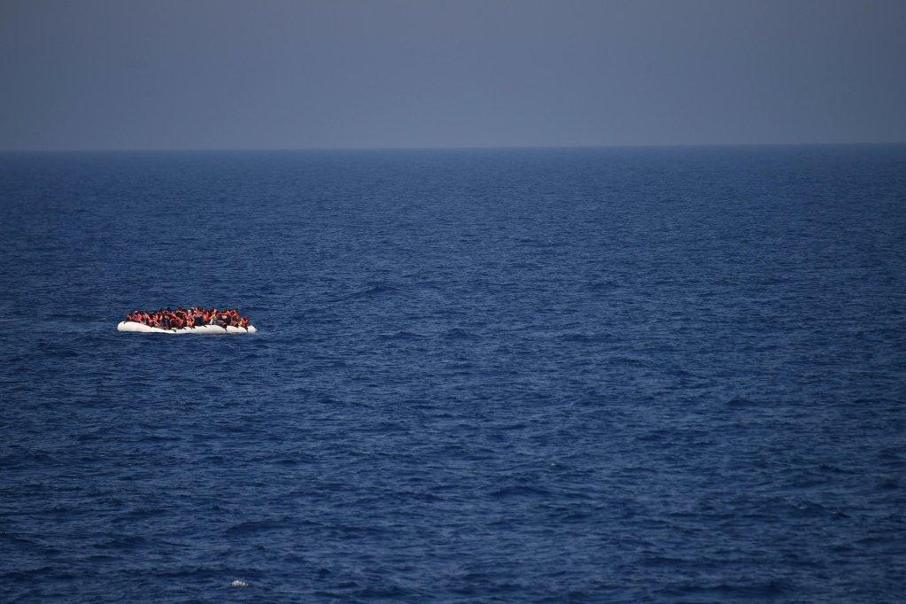 Des migrants attendent d'être secourus par des sauveteurs de SOS Méditerranée et Médecins sans frontières, le 24 mai 2016, au large des côtes libyennes. Crédit : AFP
