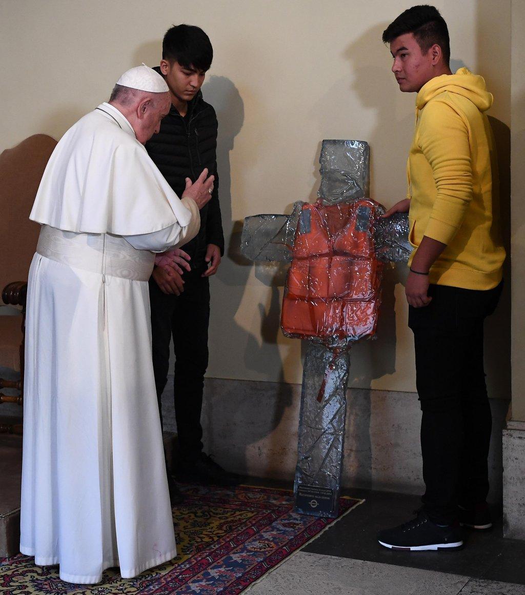 AFP/Ettore Ferrari/Pool |Le pape François bénit la croix au gilet de sauvetage en mémoire des migrants et réfugiés mort en Méditerranée.
