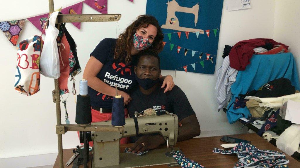 Laura, bénévole, et Tierno, couturier, à l'atelier du centre Dignity de Nicosie qui permet aux migrants de se former à la couture. Crédit : Juliette Gheerbrant/RFI