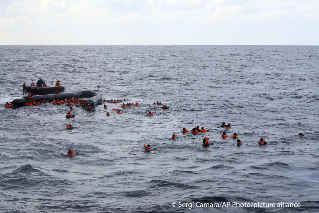A boat carrying more than 100 migrants broke apart off the coast of Libya on Wednesday | Photo: Sergi Camara/AP Photo/picture-alliance