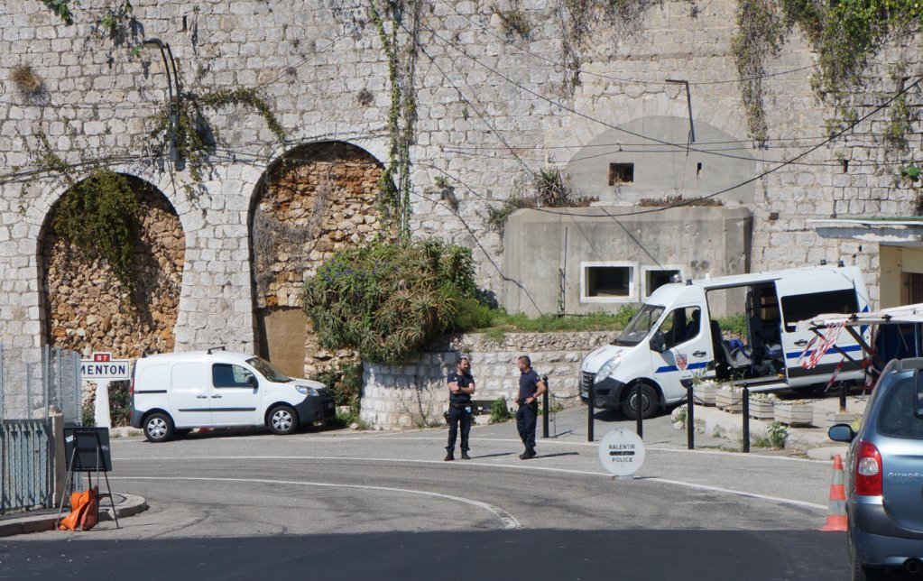 Des policiers postés à la frontière italo-française au niveau de Menton, non loin des locaux de la PAF. Crédit : InfoMigrants