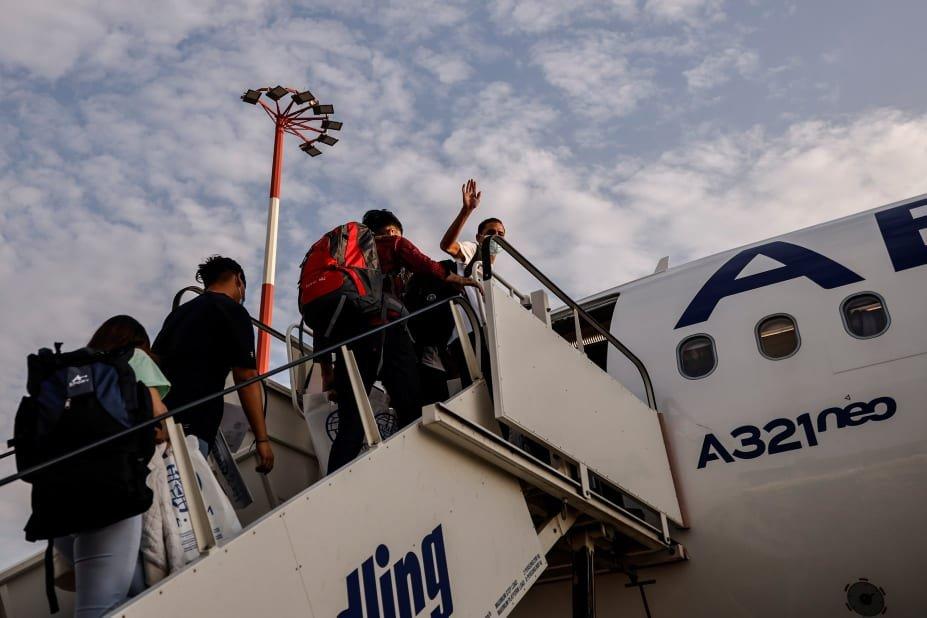 د اګست پر ۲۸مه ۴۱ افغان مهاجر له یونان څخه پورتګال او ۱۱ تنه نور فرانسې ته انتقال شول. انځور: رویټرز، الکیس کنستانتینیدیس