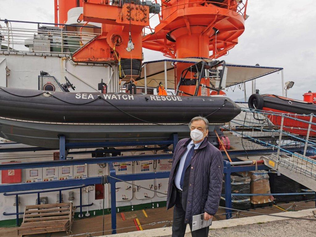 """ليولوكا أورلاندو عمدة باليرمو أمام السفينة """"سي ووتش 4"""". المصدر: أنسا / إنياسيو ماركيزي."""