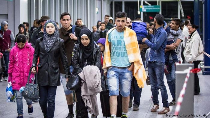 لاجئون سوريون لدى وصولهم ألمانيا