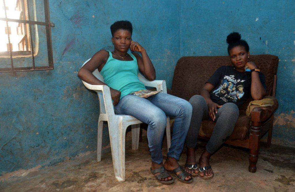 Les rapatriés comme Rosemary (à g.) et Jennifer ont du mal à trouver du travail et encore plus à s'installer de manière permanente | Crédit: Katrin Gänsler