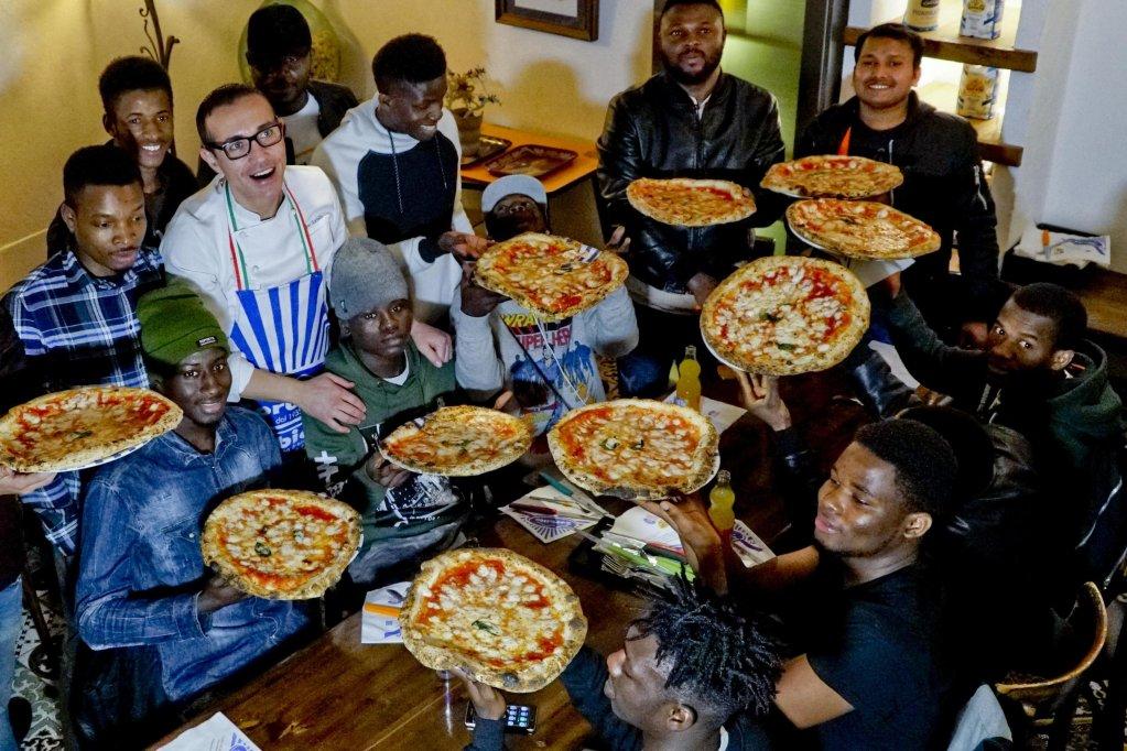ANSA / مطاعم جينو سوربيلو للبيتزا في نابولي تستضيف الطهاة المهاجرين المشاركين في دورة تدريبية ينظمها نظام حماية الحائزين على وضع الحماية الدولية في كاسيرتا. المصدر: أنسا/ سيرو فوسكو.
