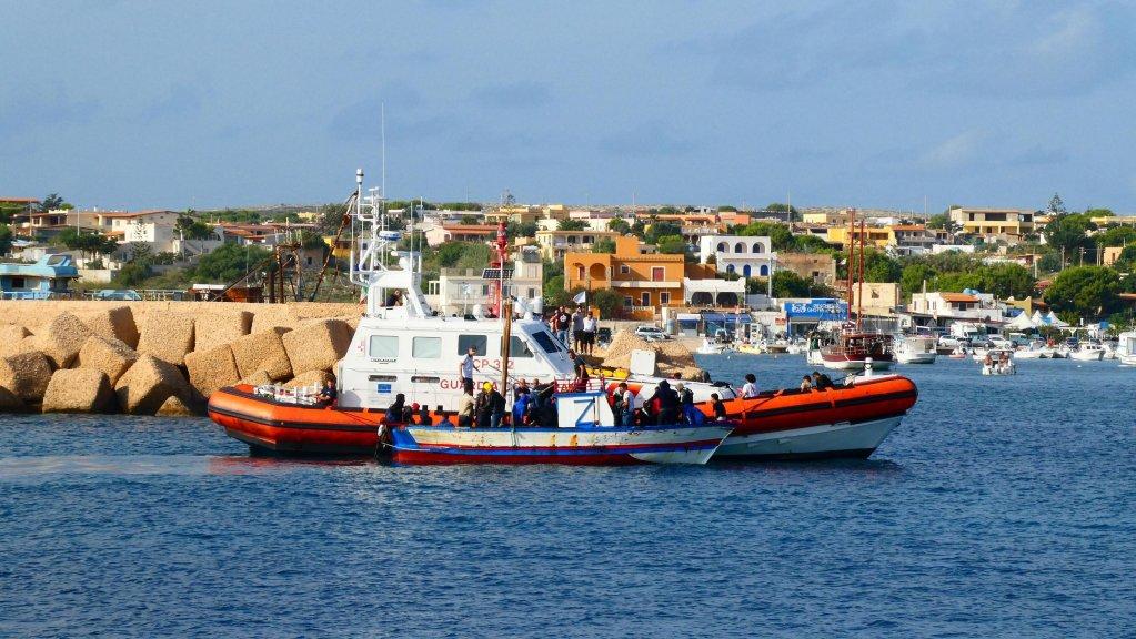 Tunisian migrants aboard a boat intercepted off Lampedusa enter the island's port | Photo: ANSA/Elio Desiderio