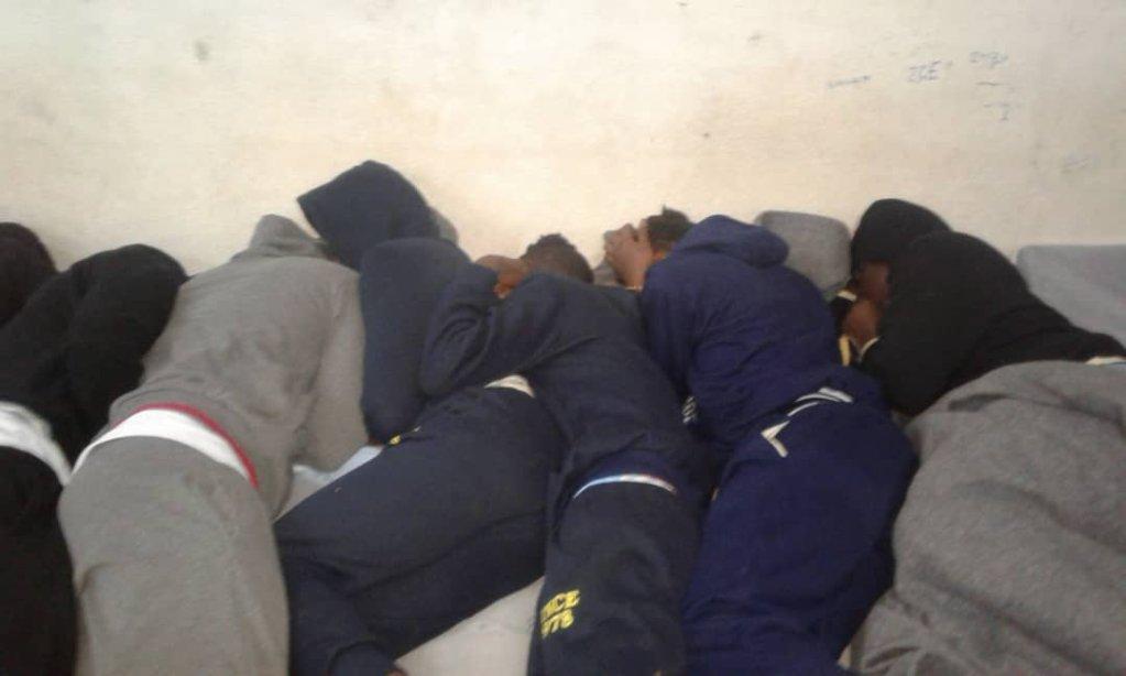 مهاجرون في إحدى الغرف داخل مركز الزنتان لاحتجاز المهاجرين. أرشيف