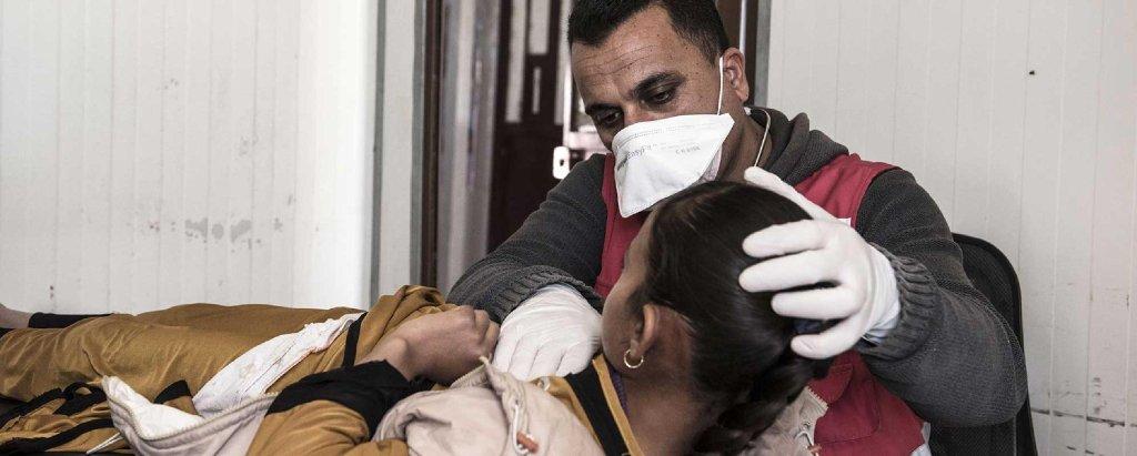 """طبيب يعتني بمريضة في المخيم الميداني بشمال غرب سوريا. المصدر: منظمة """"جسر""""."""