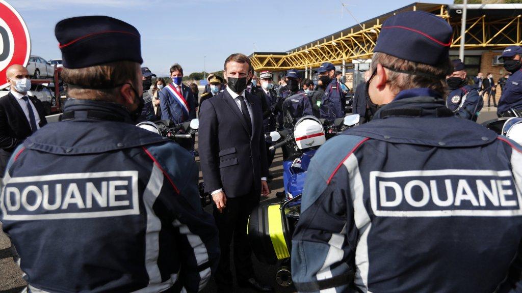 Emmanuel Macron s'entretient avec des agents de la douane à la frontière espagnole, le 5 novembre 2020. Crédit : Reuters