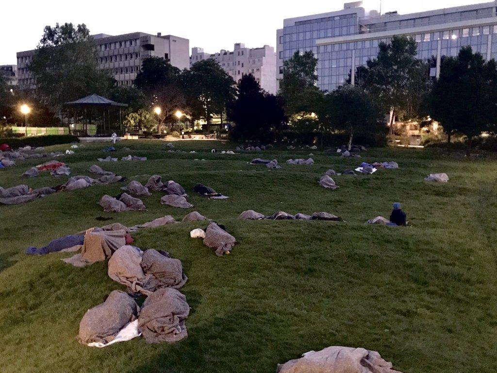300 مهاجر في حديقة في الدائرة العاشرة بباريس. الصورة: جمعية يوتوبيا 56.