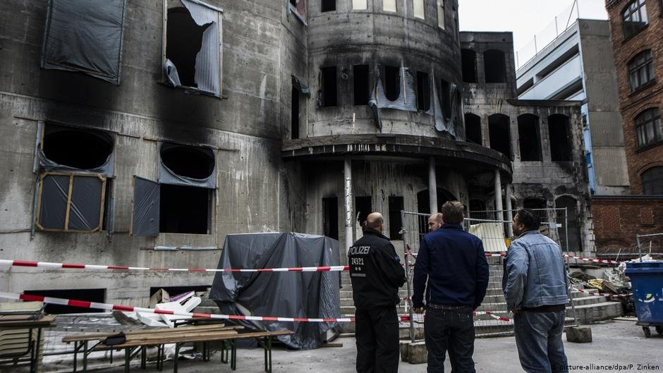 An arson attack on a mosque in Berlin in 2014. | Photo: Paul Zinken / dpa / Picture Alliance