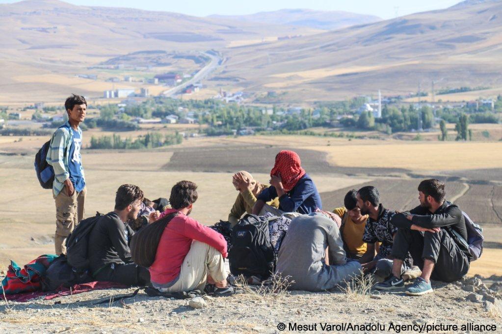Afghan, Pakistani and Bangladeshi migrants are seen near Van at the Turkey-Iran border, July 27, 2021 | Photo: Picture alliance/AA/Mesut Varol