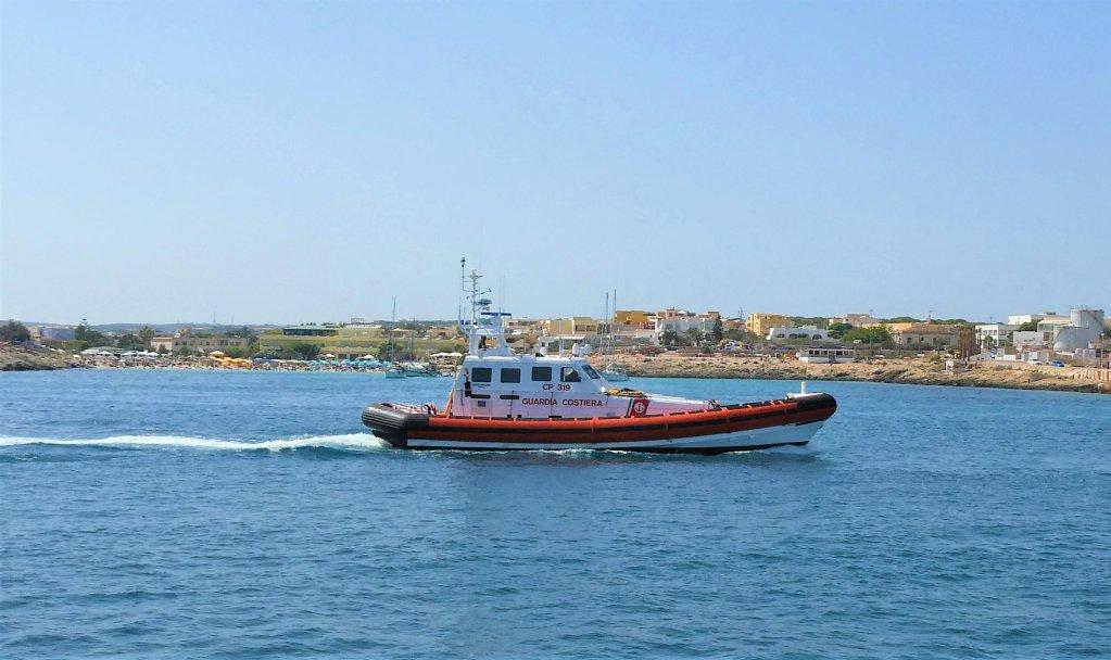 ANSA / قارب تابع لحرس السواحل الإيطالي لدى عودته إلى ميناء لامبيدوزا في 4 آب / أغسطس 2020. المصدر: إيليو ديسيديرو.