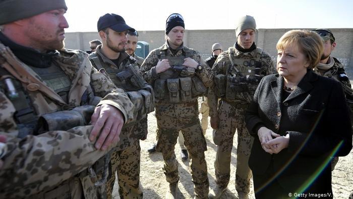 مرکل در جریان بازدید از سربازان آلمانی در افغانستان (عکس آرشیف)