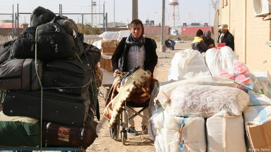 عودت کنندگان افغان که از مرز اسلام قلعه میان ایران و افغانستان عبور می کنند./عکس: DW/S. Tanha