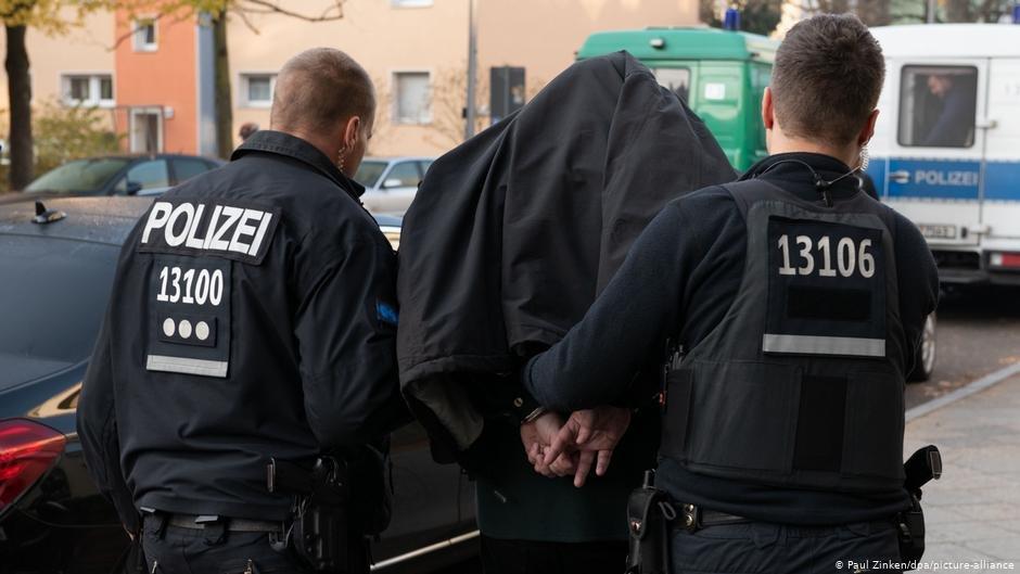 عکس از آرشیف/ پولیس آلمان در جریان انتقال یک مظنون است
