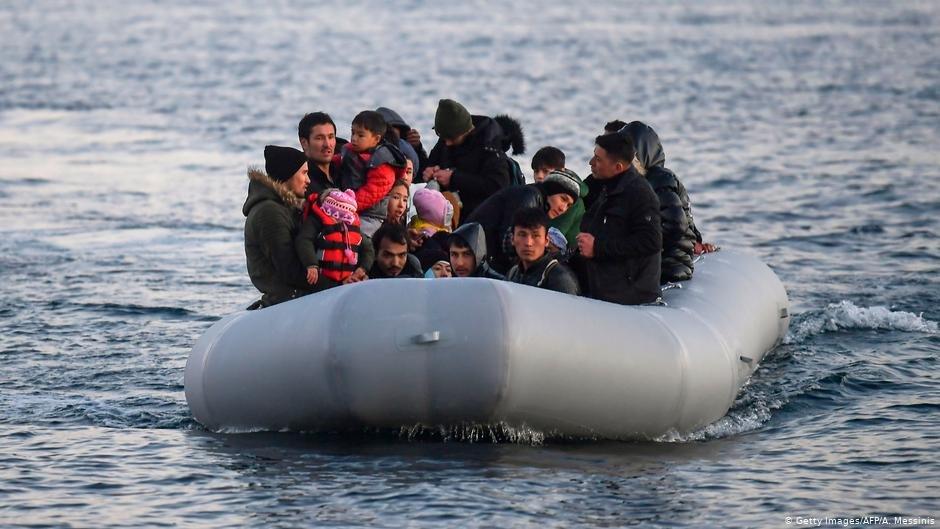 صورة من الأرشيف لمهاجرين من تركيا متجهين نحو اليونان