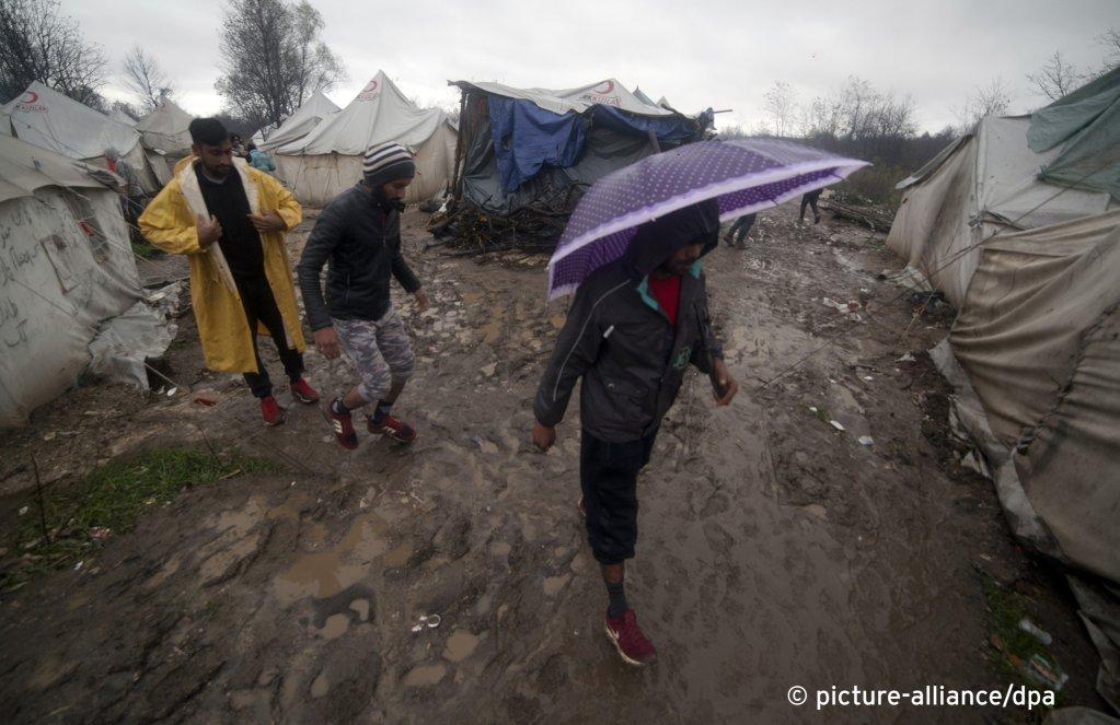عکس از ۱۶ نومبر سال ۲۰۱۹، مهاجران در کمپ ووچیاک که بیرون از شهر بیهاج ساخته شده است/عکس: picture-alliance/AP/Almir Alic