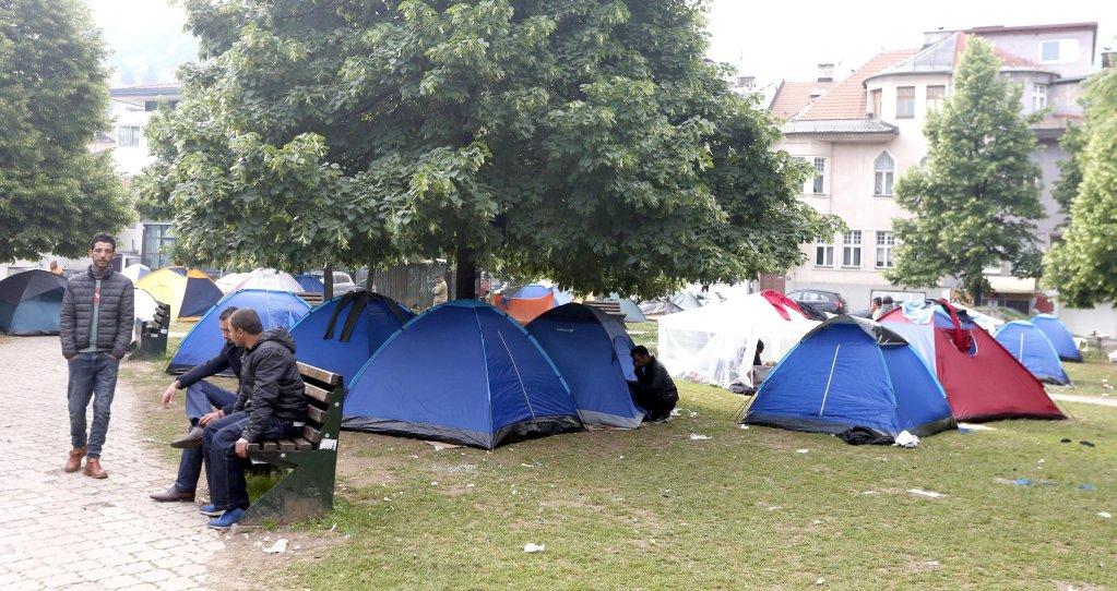 """مهاجرون من أفغانستان وباكستان وسوريا نصبوا مخيما في حديقة في العاصمة البوسنية سراييفو. المصدر: أنسا/""""إي بي إيه"""" / فاهميد دامير"""