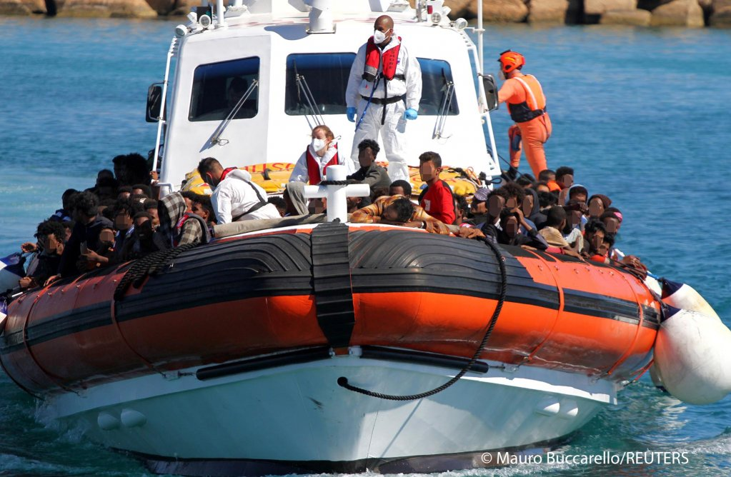Migrants approach aboard a search-and-rescue boat after hundreds arrive on the southern island of Lampedusa, Italy May 9, 2021 | Photo: REUTERS/Mauro Buccarello