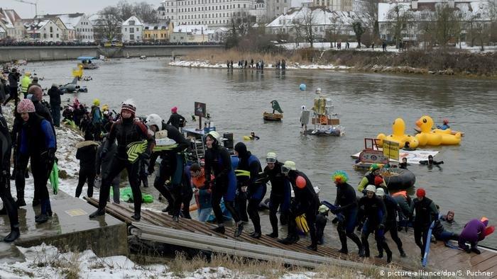 صورة من الأرشيف لمنقذي سباحة على ضفة نهر الدانوب. المصدر: مهاجر نيوز