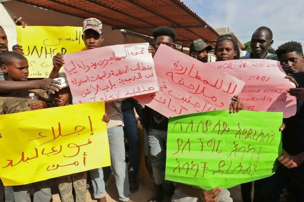 AFP - MAHMUD TURKIA |Des hommes et des femmes devant le siège de l'Agence des Nations unies pour les réfugiés (HCR) dans le quartier Siraj de Tripoli, le 9 octobre 2021.