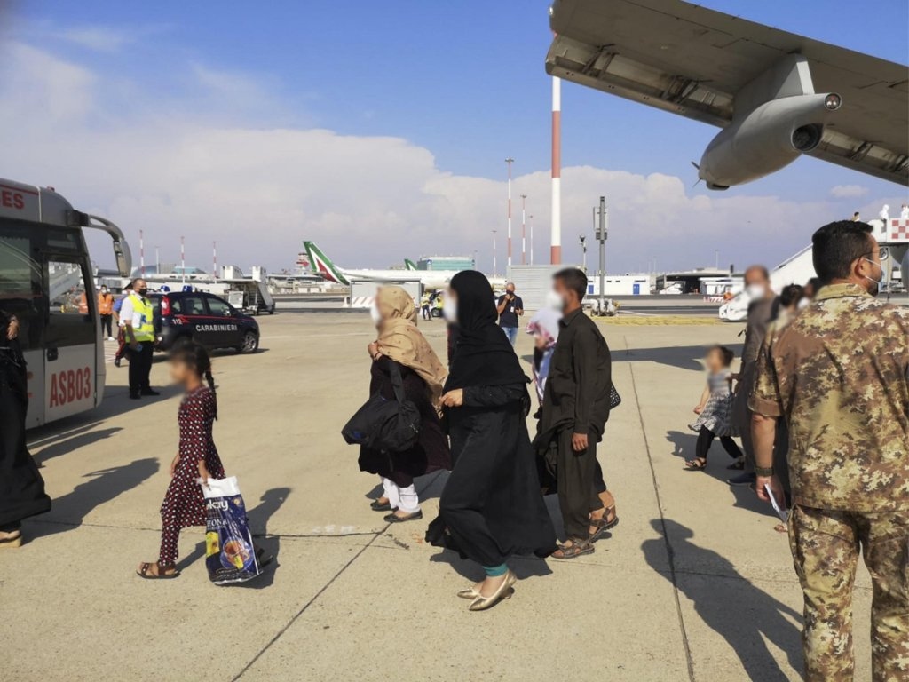 Des civils afghans arrivent à Rome après avoir été évacués de Kaboul, la semaine dernière. Crédit : Ansa