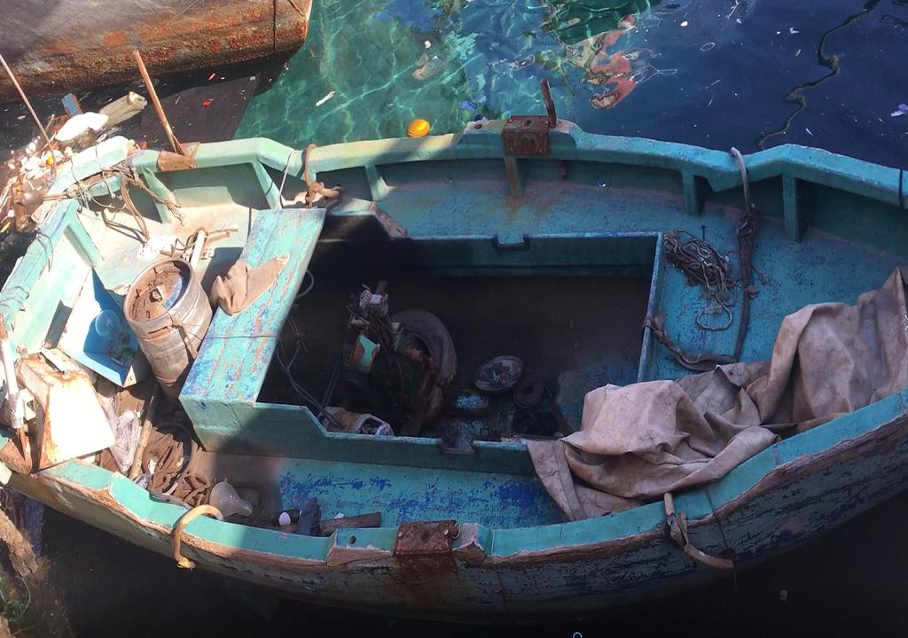 قارب صغير استخدمه مهاجرون لعبور المتوسط. ميناء لامبيدوزا. المصدر: مهاجر نيوز